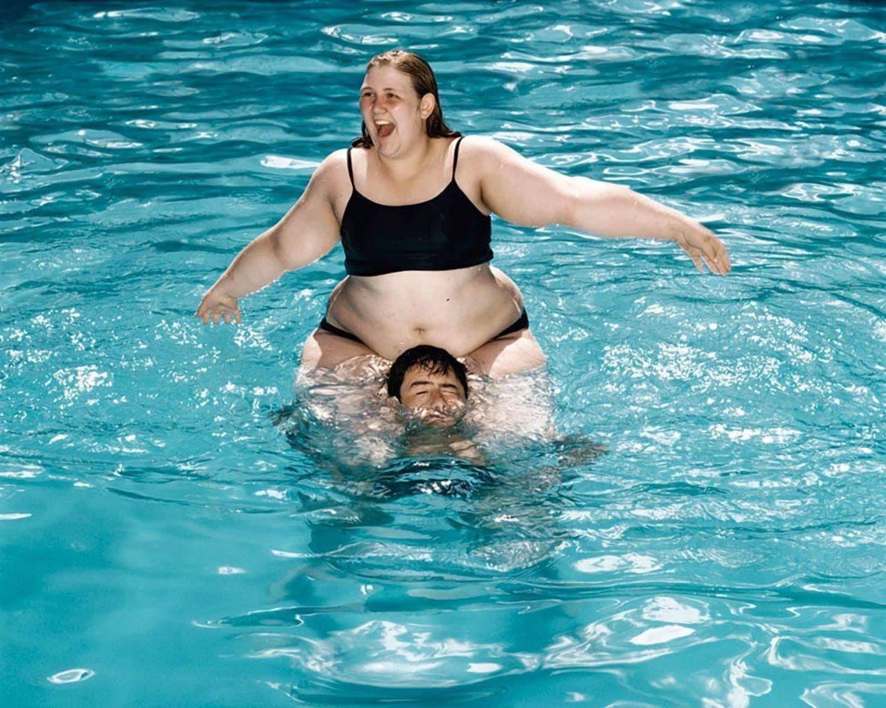 Начальник купается в бассейне с оголенными работницами  440633
